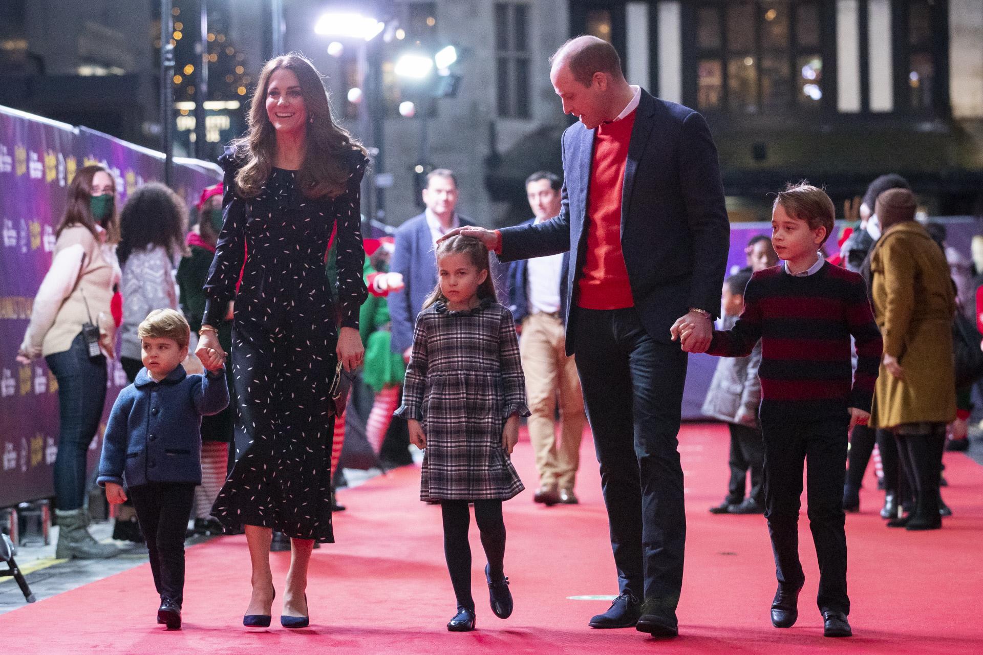 Kate Middleton y Guillermo de Inglaterra junto a los  principes...