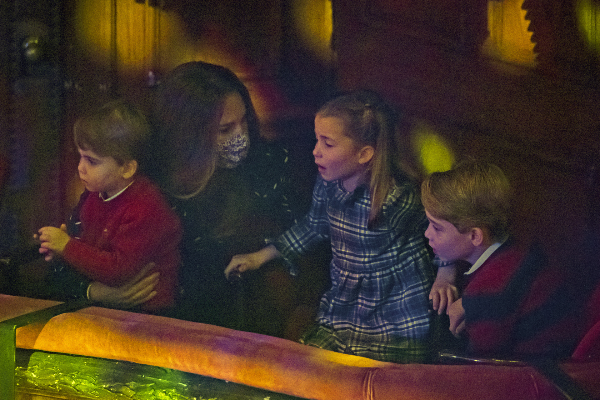 Kate Middleton junto a sus tres hijos durante la pantomima.