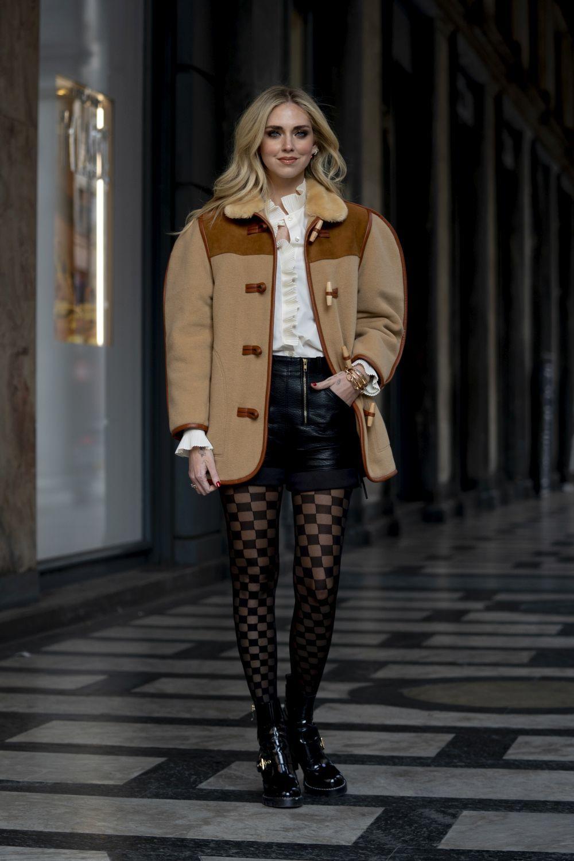 Chiara Ferragni con minifalda de cuero.