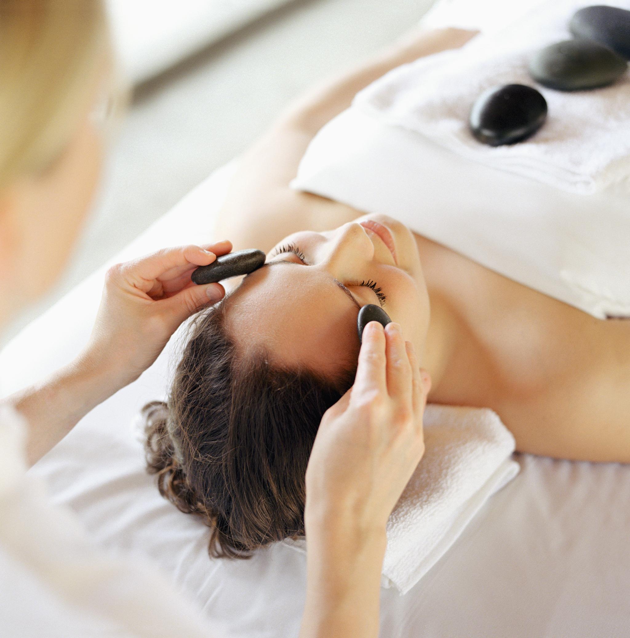 Un buen masaje facial ayuda a oxigenar la piel, mejorar la...