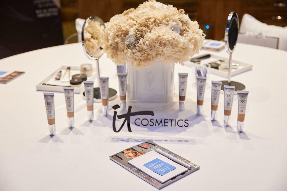 En el centro de la mesa, las CC Creams de IT Cosmetics, el producto de...