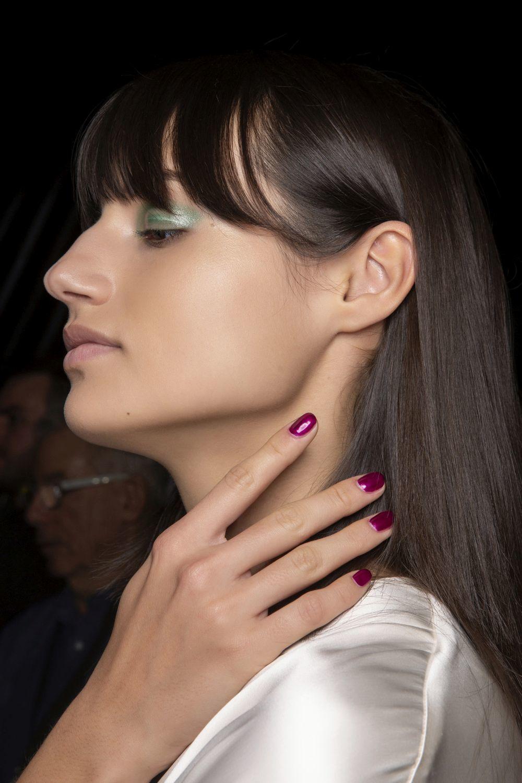Desde la pasarela nos inspira la manicura frambuesa de Genny para estas fiestas.