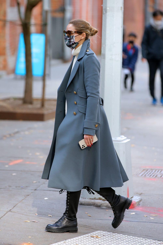 Olivia Palermo con su nuevo look de estilo militar.