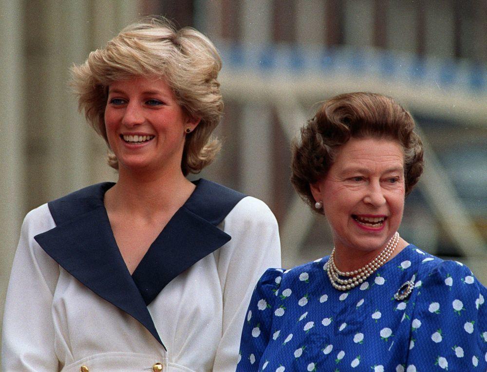 Diana de Gales con su melena bob crecida junto a Isabel II.