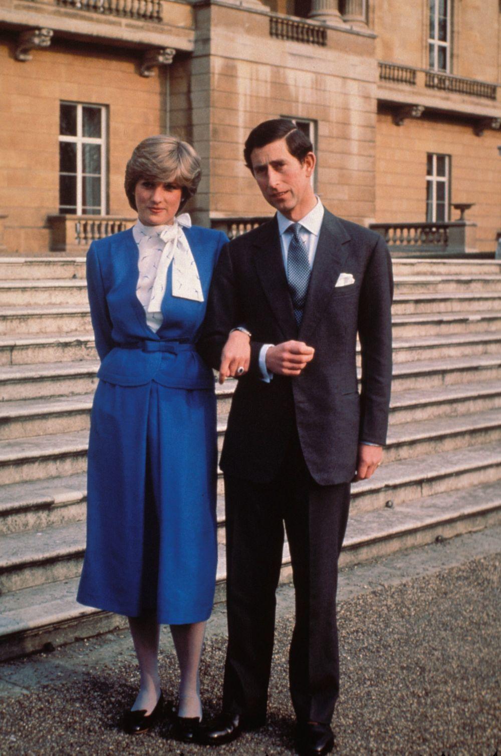 Con su corte icónico junto al príncipe Carlos el día que fue oficial su compromiso.