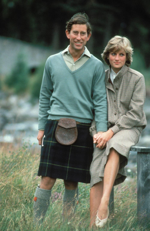 En Balmoral junto al príncipe Carlos, Lady Di con su corte icónico con capas y flequillo que sigue inspirándonos y siendo uno de los más cool.