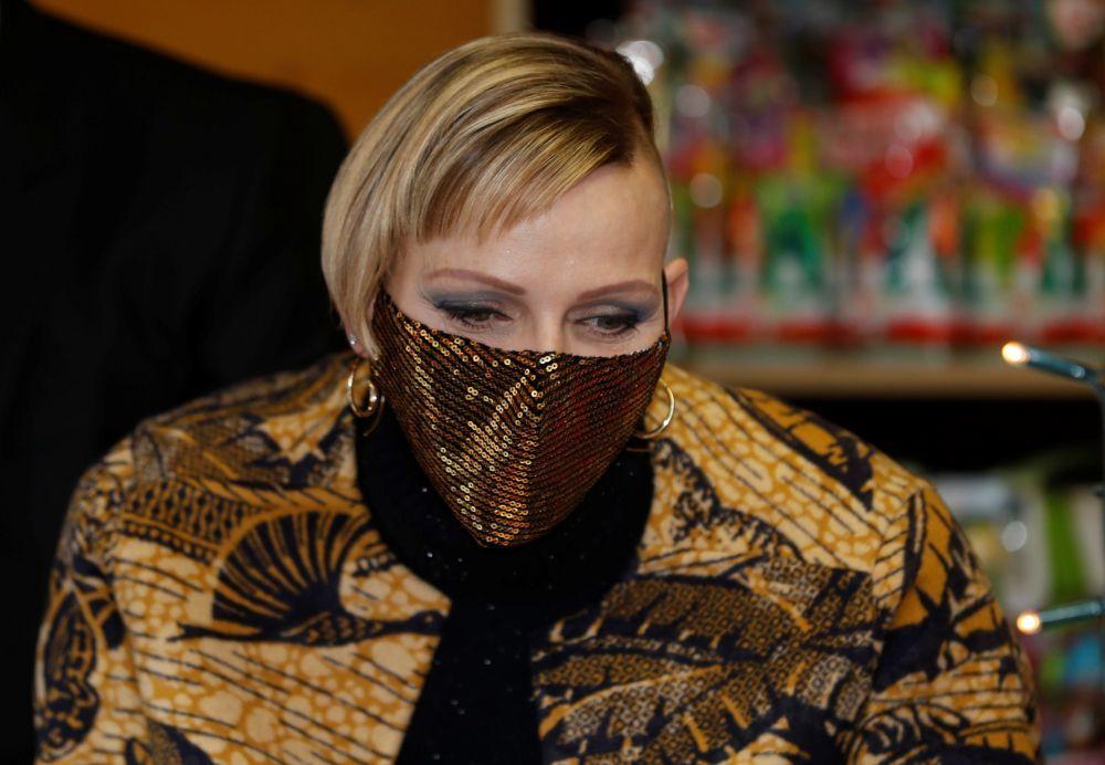Charlene de Monaco luce una melena rapada en la mitad de la cabeza, y...