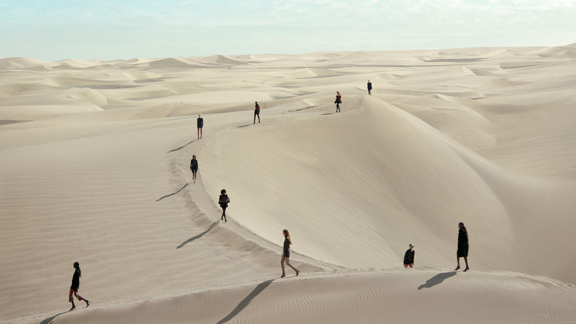 El desfile de Saint Laurent en unas dunas.