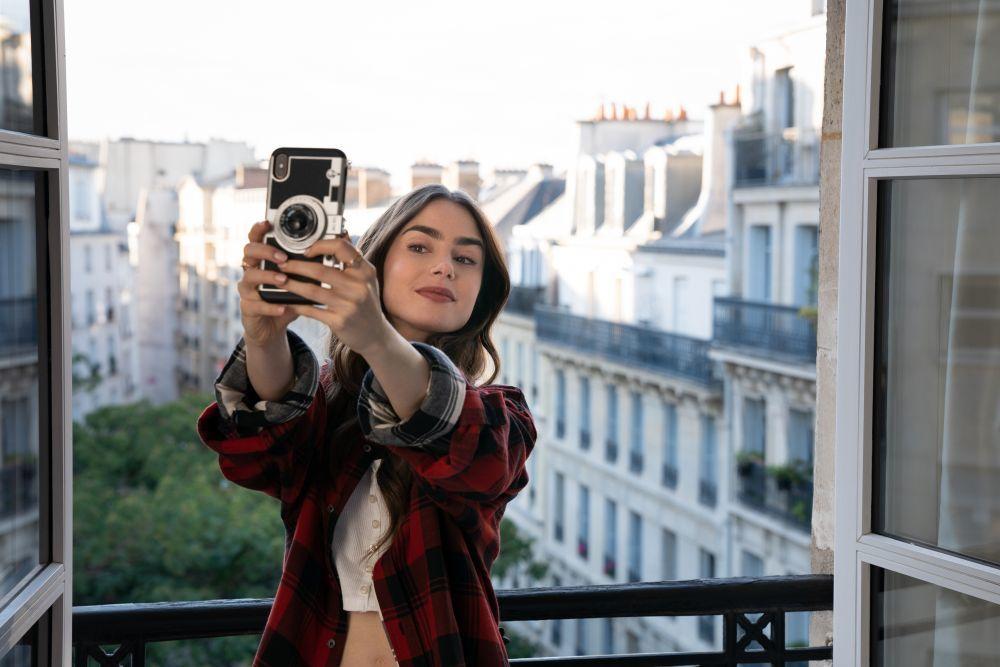 """Las cejas de Emily en la serie """"Emily in Paris"""" juegan un importante papel en su maquillaje como también sus pestañas XL para una mirada despierta y sus labios."""