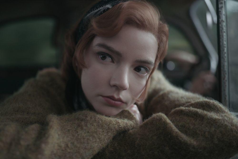 """Detalle del eyeliner finísimo y a ras de las pestañas de Beth Harmon en """"Gambito de Dama""""."""