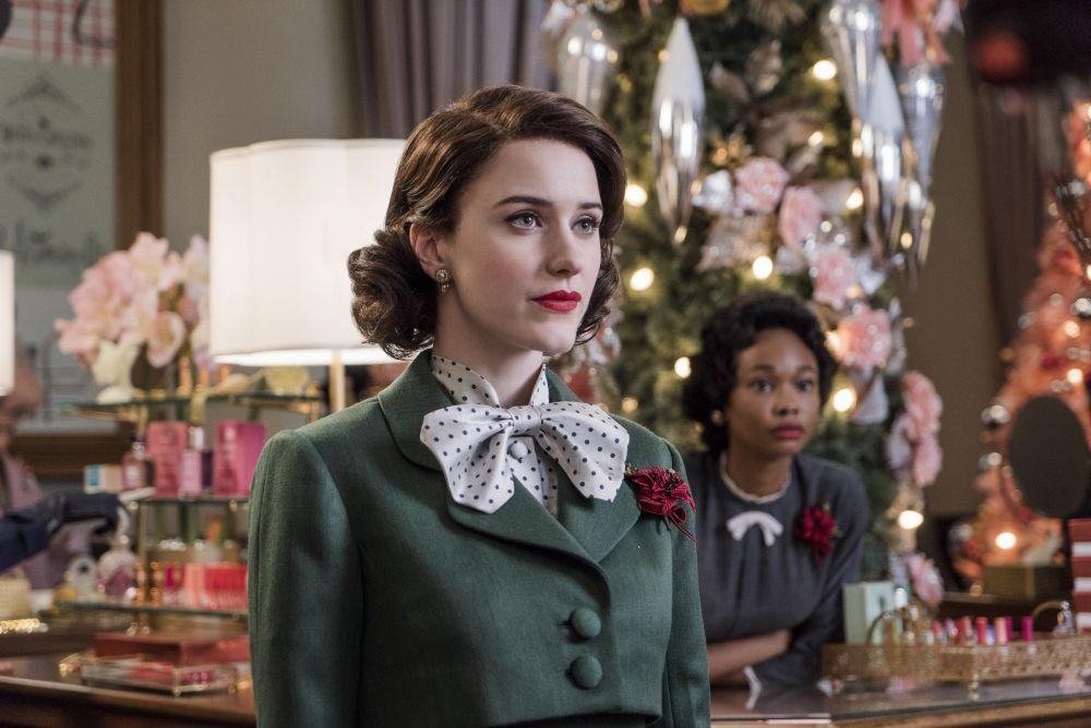 """Rachel Brosnahan con un maquillaje de eyeliner retro con máscara de pestañas y labios rojos en """"La Maravillosa Señora Maisel""""."""
