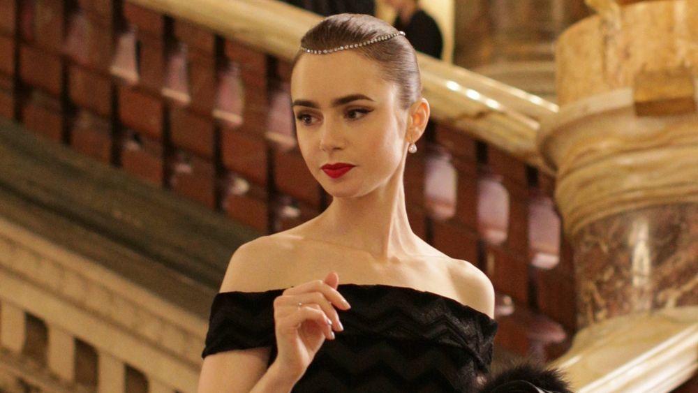"""Emily con el icónico labial rojo 01 Always Red de Sephora en la Ópera Garnier en la serie """"Emily in Paris""""."""