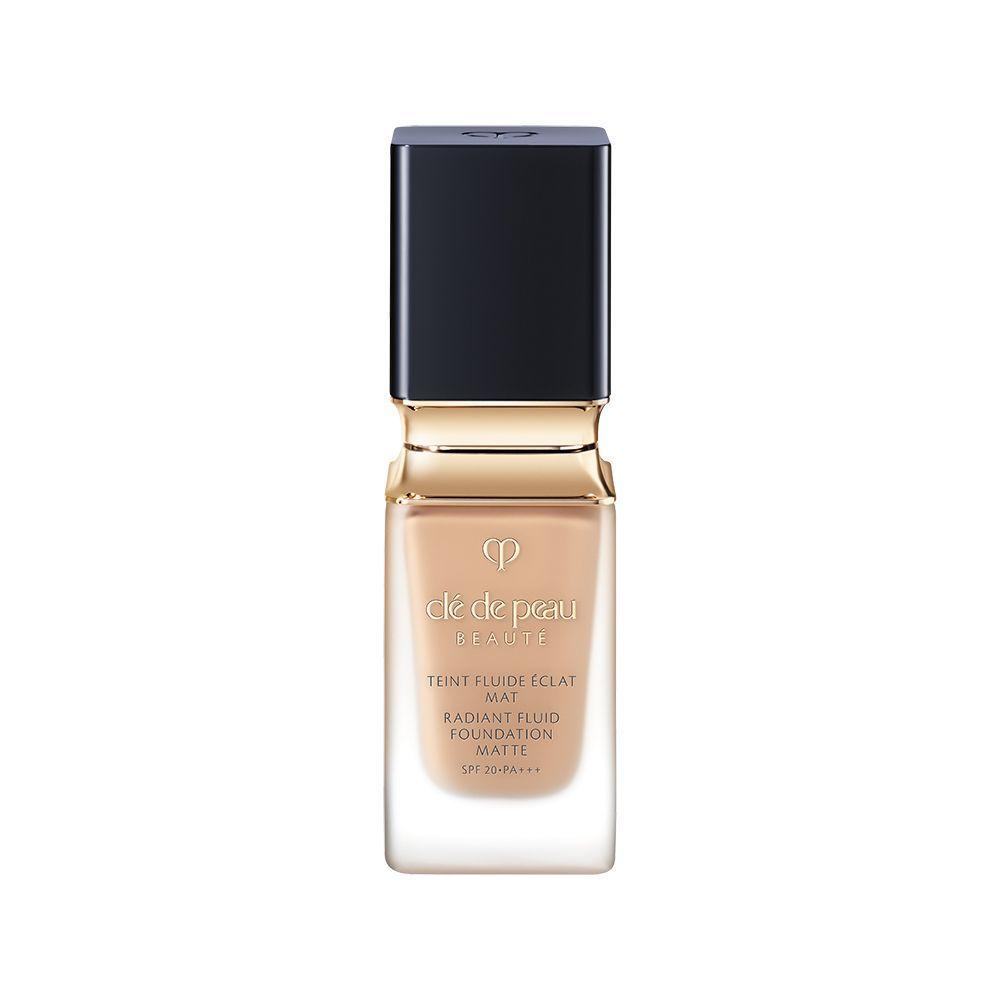 Base de maquillaje Radiant Fluid Matte Foundation de Clé de Peau (130 euros) que intensifica la luminosidad de la piel desde el interior reduciendo imperfecciones.