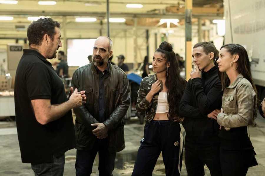 Daniel Calparsoro dando indicaciones durante el rodaje a Luis Tosar, Carolina Yuste, Miguel Herrán y Asia Ortega.