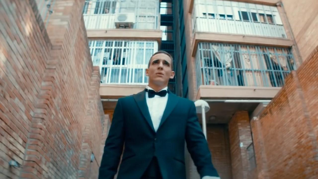 Miguel Herrán en un fotograma de la película que muestra la dualidad en la que vive el protagonista.