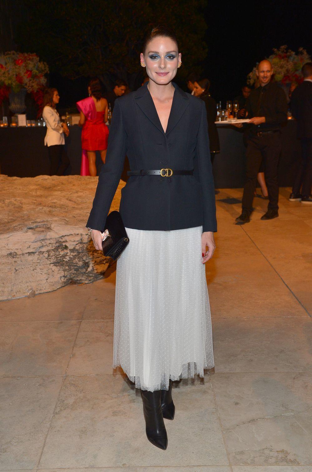 Olivia Palermo con falda midi y blazer entallada