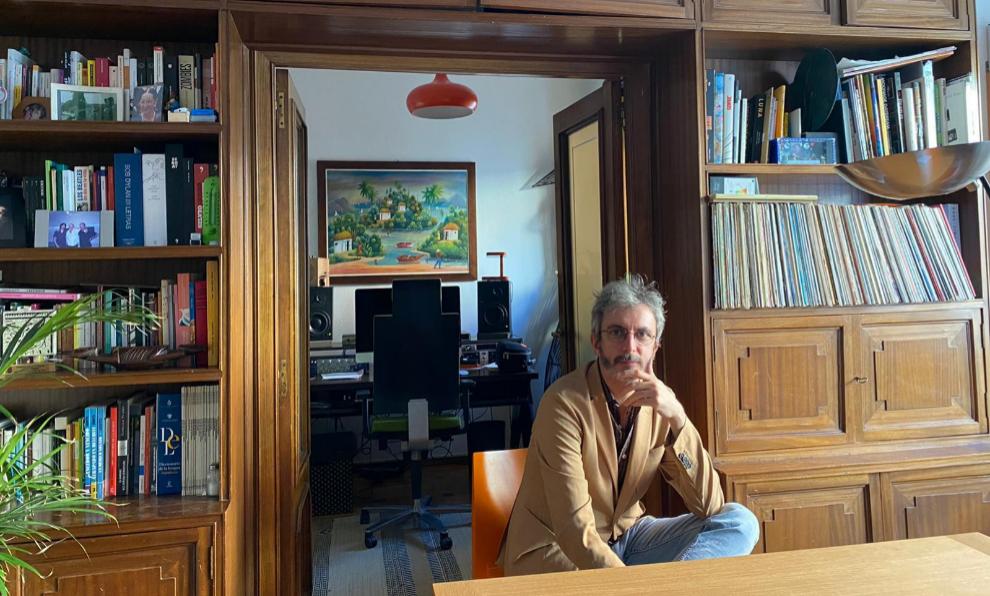 Xoel López, en su casa de Madrid con su pequeño estudio detrás.