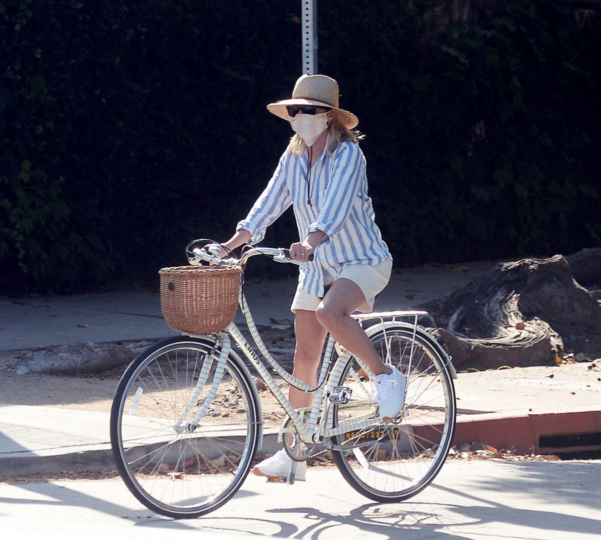 Montando en bici, con un estilismo para copiar.