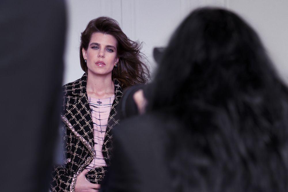 Carlota Casiraghi protagoniza la campaña primavera-verano de Chanel.