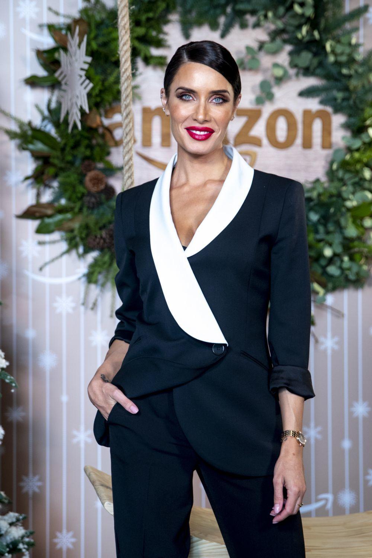 Pilar Rubio con pintalabios rojo cremoso, el complemento ideal para su look con esmoquin.