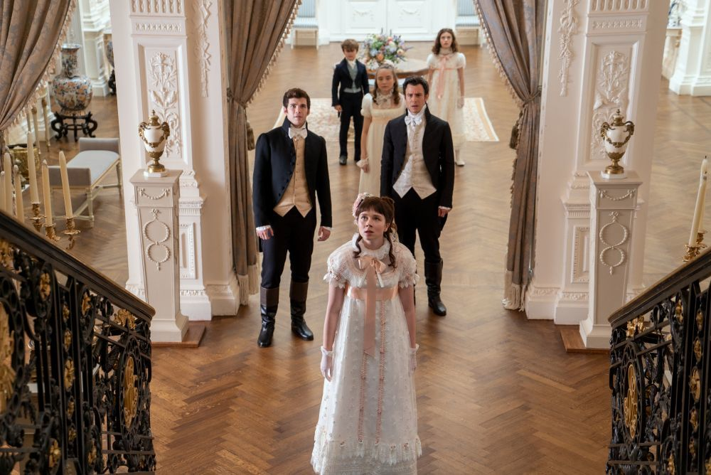 Los hermanos Bridgerton, Eloise, Colin, Benedict, Francesca, Hyacinth y Gregory, esperan a su hermana Daphne en la primera escena de Los Bridgerton.