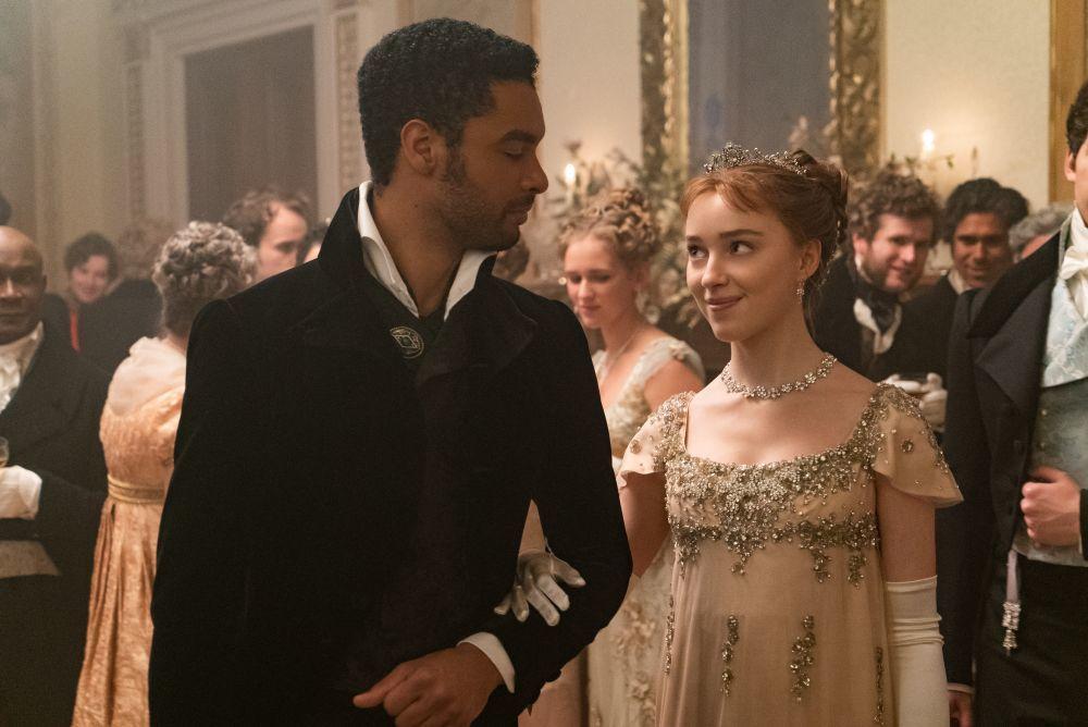 El personaje al que interpreta Phoebe DYnevor, Daphne Bridgerton, se va enamorando poco a poco de Simon, el duque de Hastings, interpretado por Regé-Jean Page.