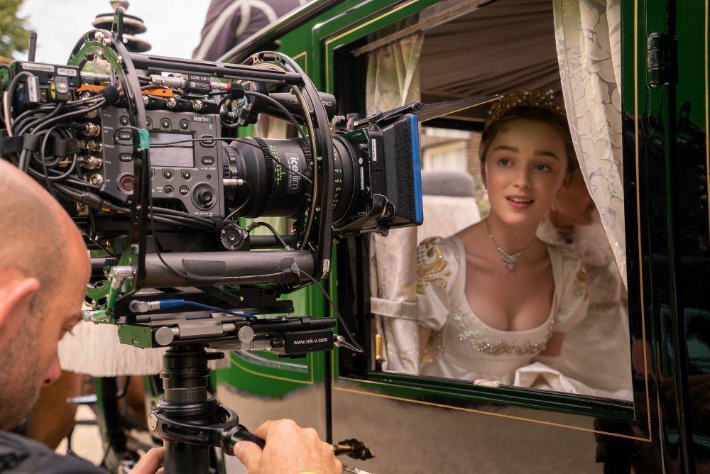Phoebe Dynevor, que interpreta a Daphne Bridgerton, en el rodaje de la serie.