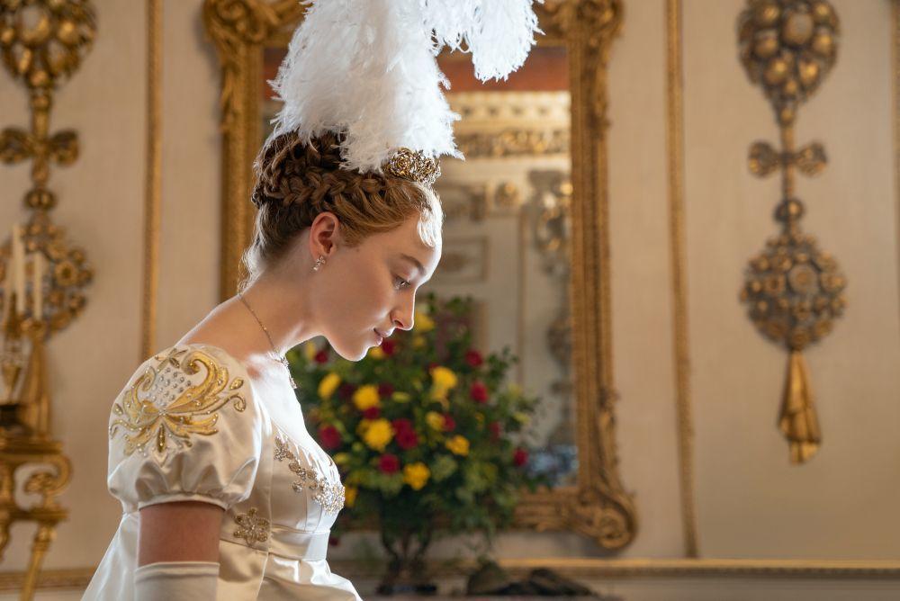La presentación ante la sociedad londinense de Daphne Bridgerton implica acudir ante la Reina de Inglaterra, una práctica habitual en la época.