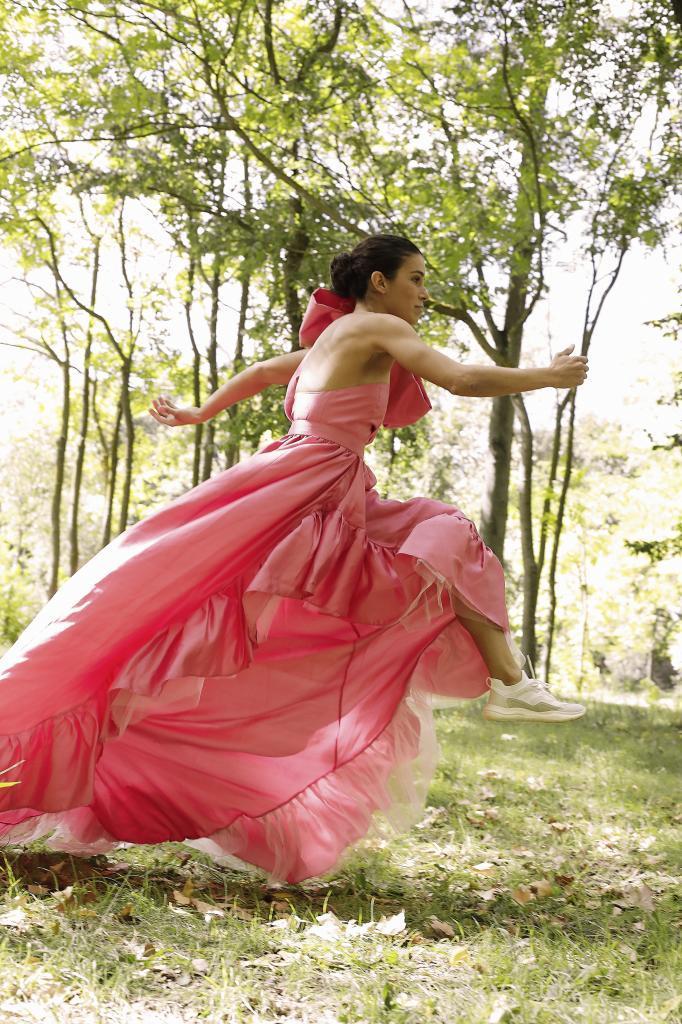 En la imagen, Miriam Casilla con vestido rosa con volantes y lazada, Encinar.