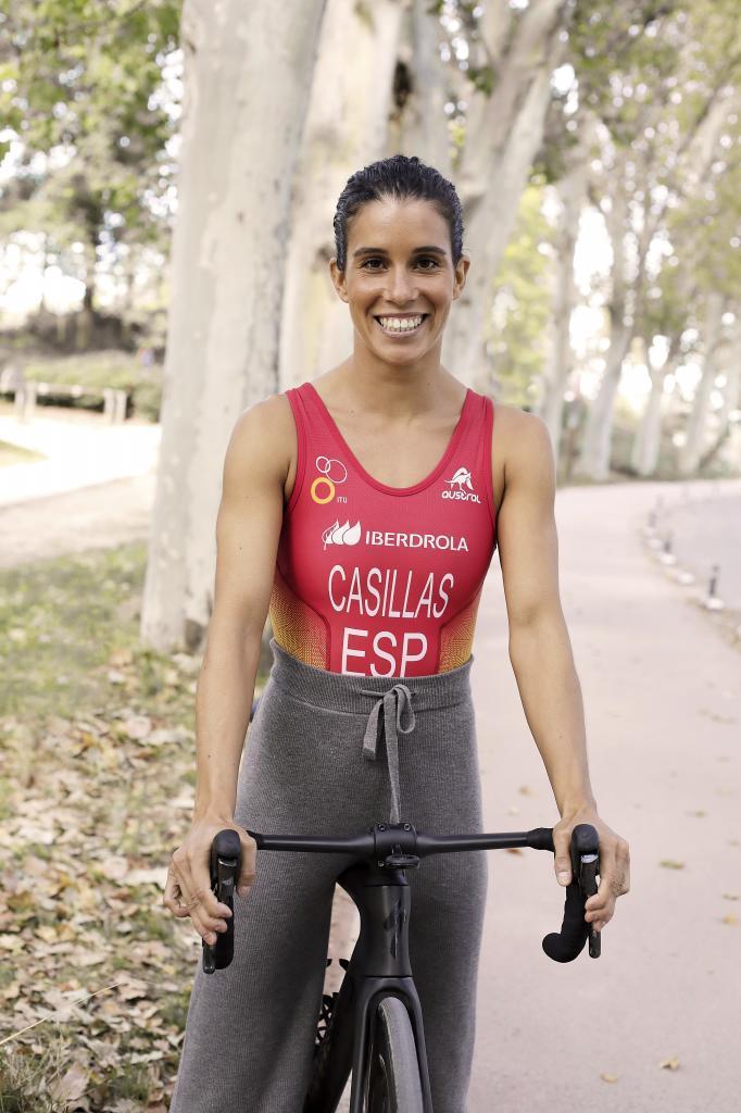 En la imagen, la triatleta Miriam Casillas con mono de competición y pantalón gris de canalé, Oysho.
