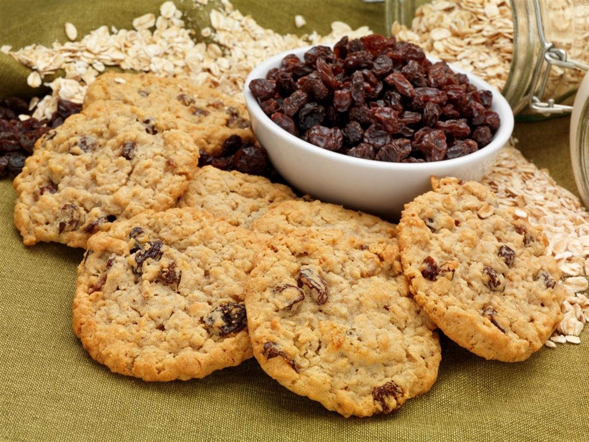 Las pasas son uno de los ingredientes clave, ya que endulzan sin importar azúcar y añaden textura a las galletas.