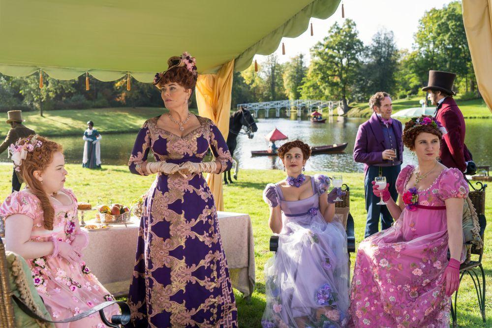 La familia Featherington es la que suele decantarse por los colores brillantes y llamativos en su vestuario.