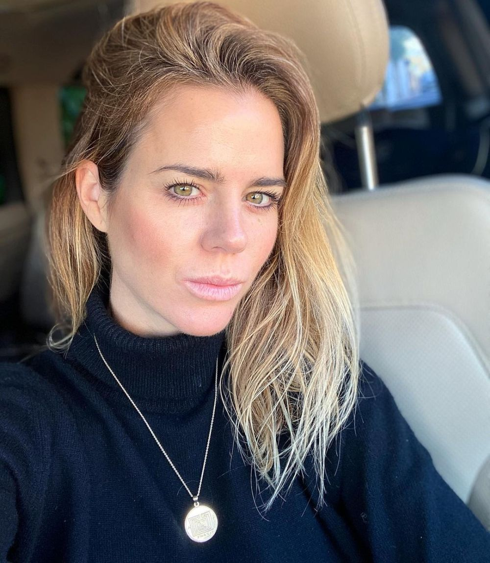 Amelia Bono lleva un pelo rubio chai oscuro que será tendencia en 2021.