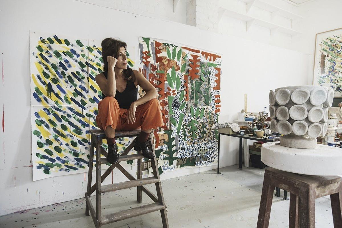 La artista lisboeta Bela Silva en su estudio de Lisboa. Aquí y en su estudio de Bruselas crea las piezas de cerámica y vidrio orgánicas y coloristas que le han dado a conocer, al igual que sus dibujos.