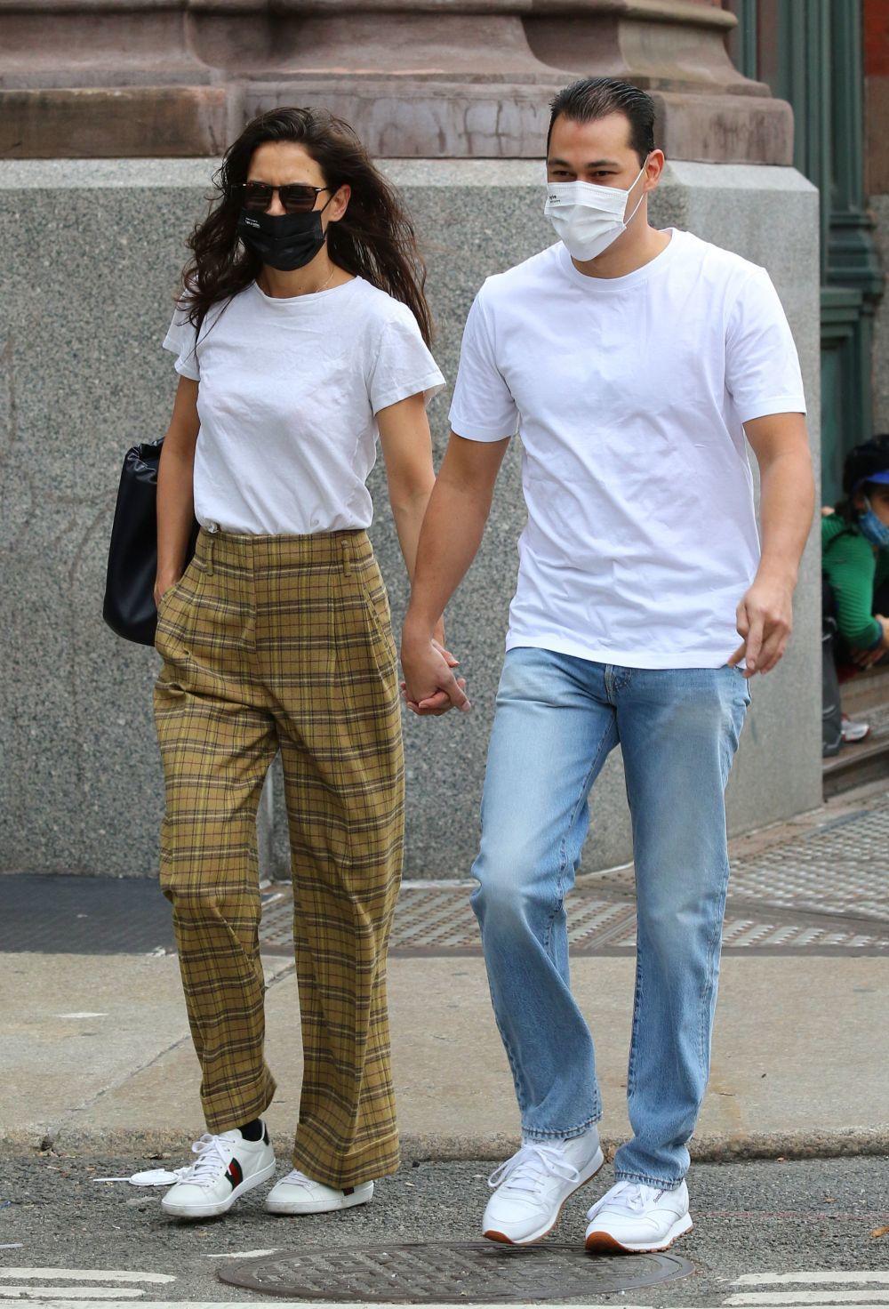 Katie Holmes con una camiseta blanca.