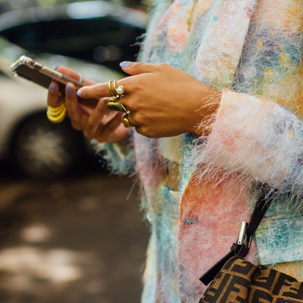 Las uñas azul claro y lavanda inspiran los looks de street style que vienen.