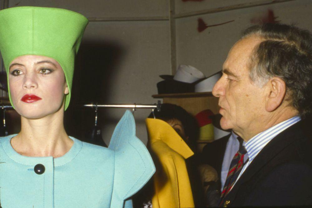 Pierre Cardin con uno de sus famosos sombreros cónicos.