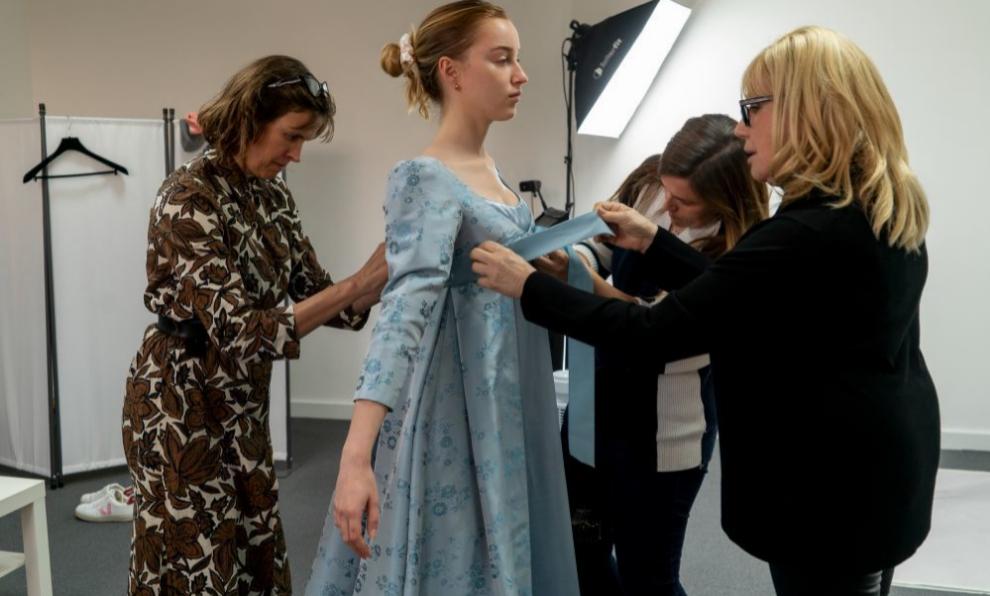 Phoebe Dynevor, que interpreta a Daphne Bridgerton, en una de las múltiples pruebas de vestido de la serie.