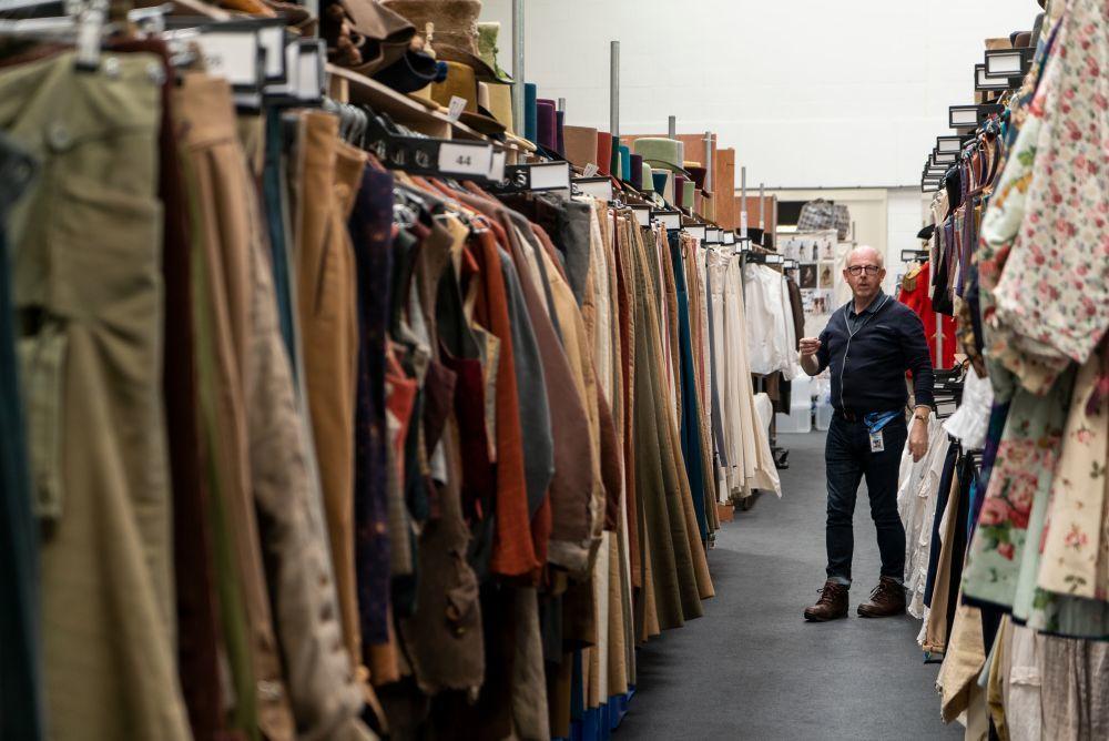 Uno de los almacenes en los que se organizan los trajes y vestidos de Los Bridgerton.