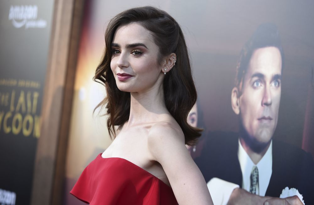 """Si Lily Collins triunfó con su rojo de labios en la serie """"Emily in Paris"""", también lo hace con otros tonos más burdeos y marrones."""