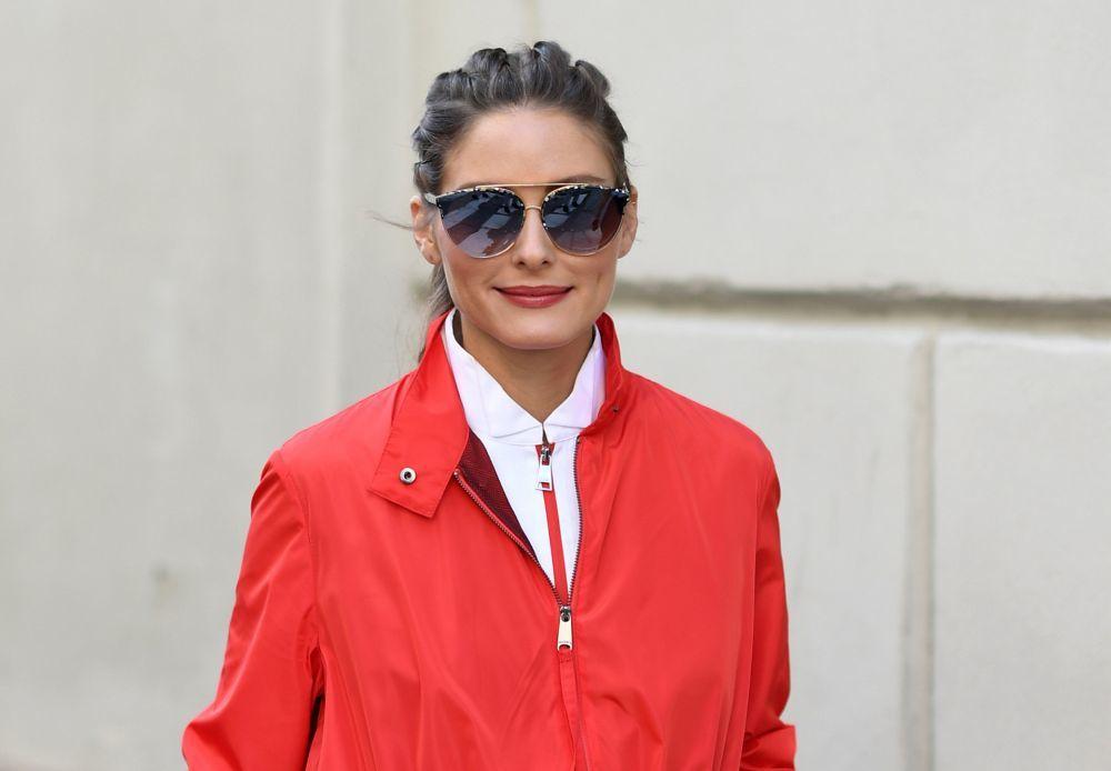 Olivia Palermo con un labial rojo en la gama de los tonos teja.