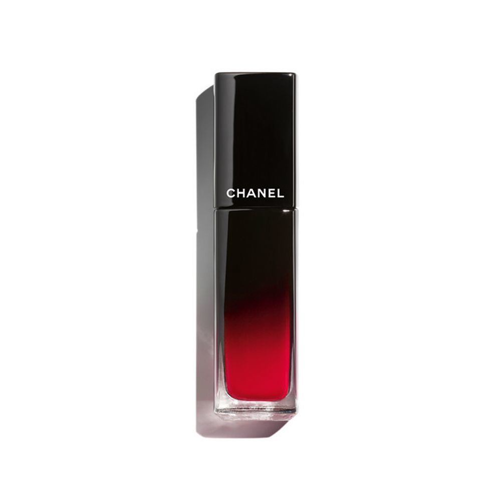 Rouge Allure Laque Invincible 73 de Chanel (38 euros), un labial líquido de color intenso y fijación inalterable.