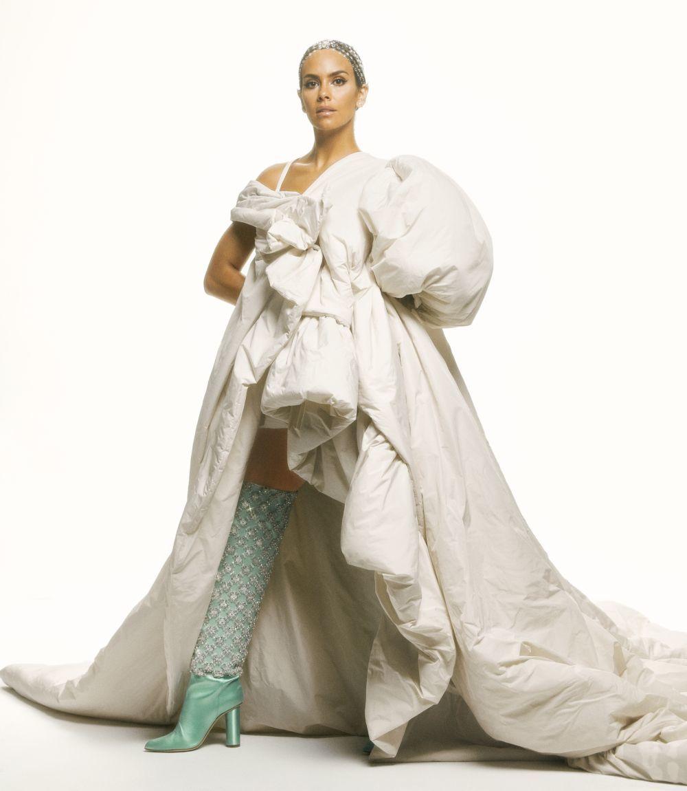 Cristina Pedroche con la primera parte de su diseño de las Campanadas 2020, un abrigo acolchado que simula un edredón.