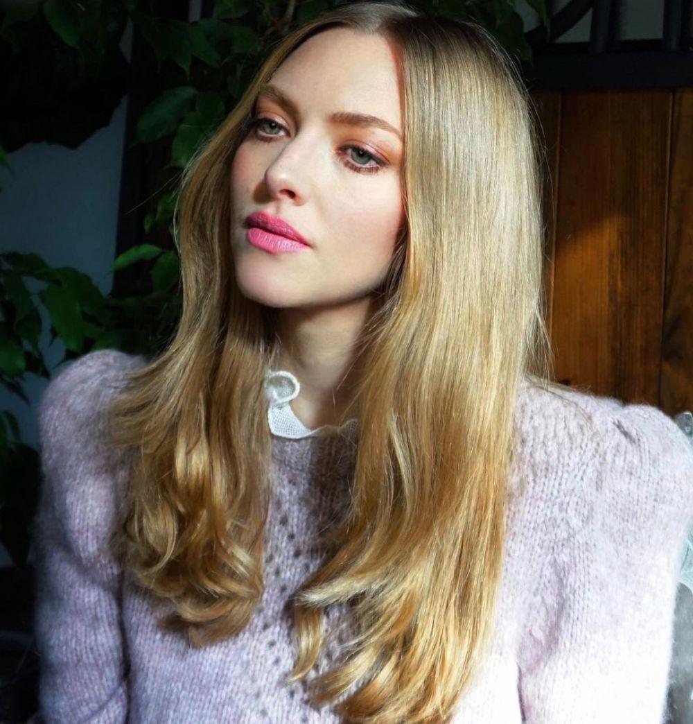 Amanda Seyfried (35) con un corte con capas a la altura del pecho en rubio ceniza brillante elaborado por el estilista Renato Campora.