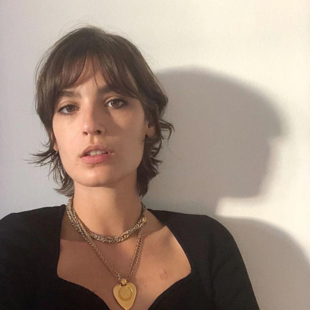 Alma Jodorowsky (29 años) con un pixie con flequillo versátil que también aprovecha la textura ondulada de su pelo.