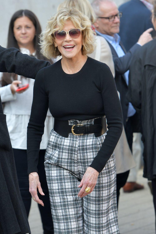Jane Fonda con un corte shag rizado con flequillo a sus 83 años.