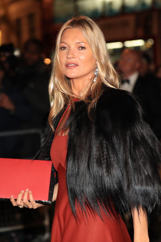 Las melenas con movimiento y con mechas luminosas como la de Kate Moss siempre rejuvenecen.
