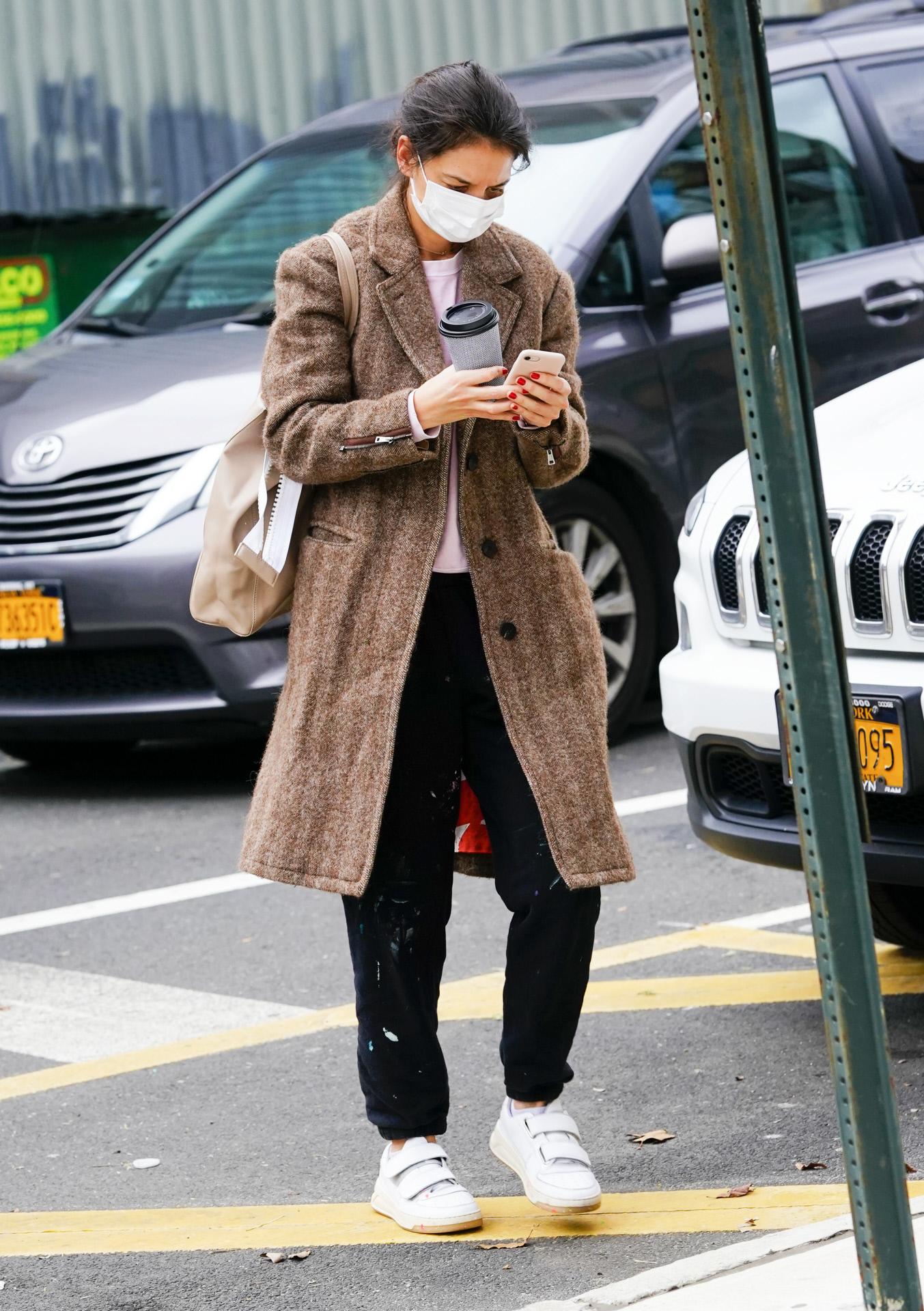 Katie Holmes con zapatillas de Acne Studios.