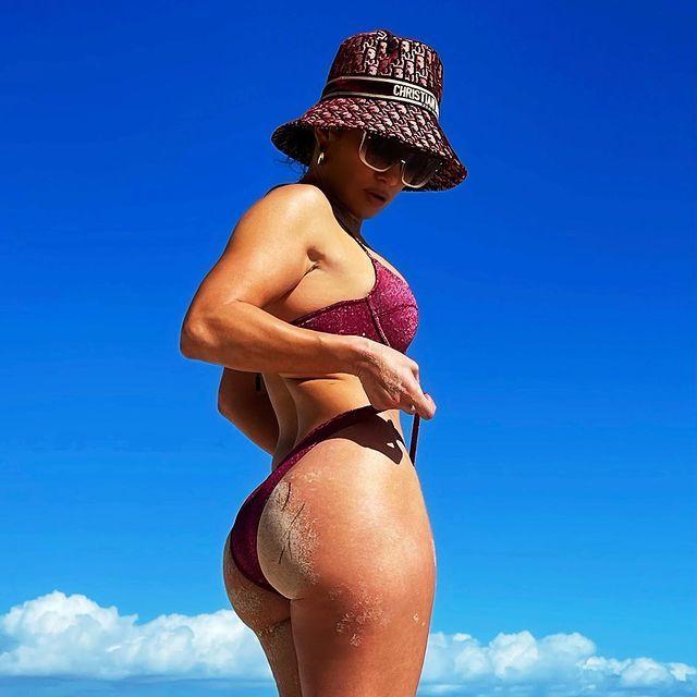 Este ha sido el último posado en bikini con el que Jennifer Lopez ha...