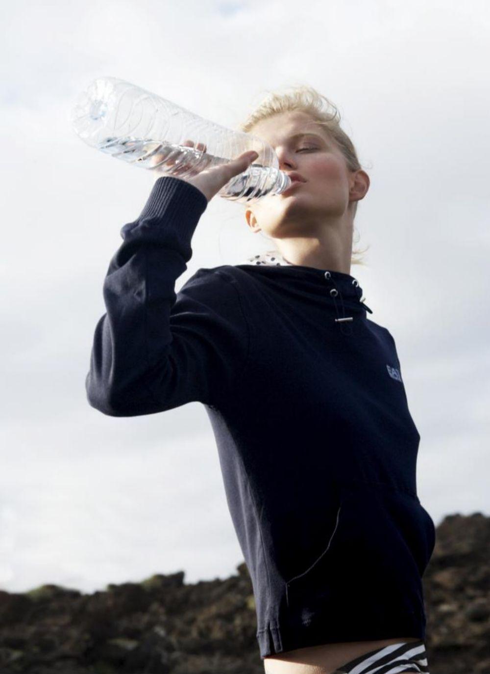 Bebe mucha agua, para estimular la diuresis y prevenir la retención de líquidos.